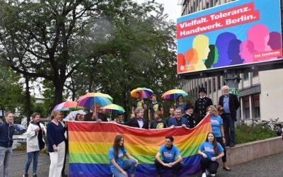 HWK hisst zusammen mit der Schornsteinfeger-Innung in Berlin die Pride Fahne als Zeichen für Toleranz und Vielfalt im Handwerk
